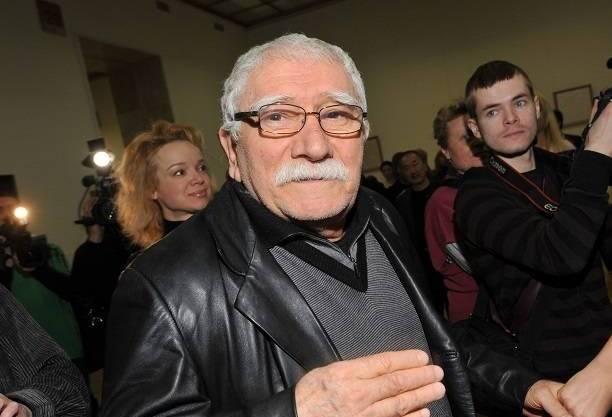 В театре Армена Джигарханяна одновременно опровергают и подтверждают информацию о его тяжелом состоянии