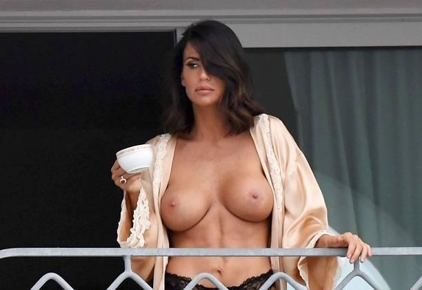 Пышногрудая модель Клаудия Галанти обнажилась на отдыхе в Порто Черво