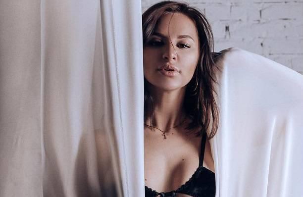 Певица Асти устроила эротическую фотосессию