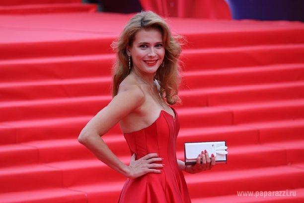 Фото анны семенович в красном платье
