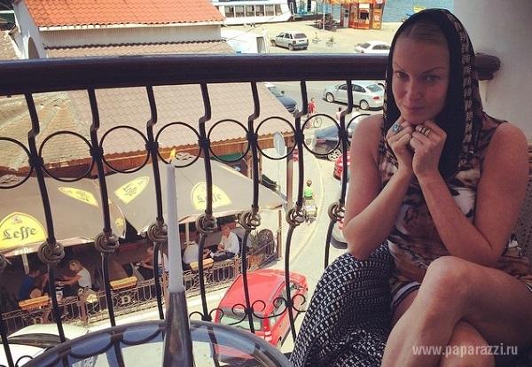 Анастасия Волочкова села на шпагат в своем супер откровенном бикини