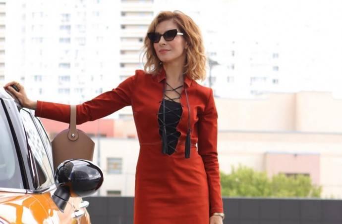 Елена Подкаминская показала пышную грудь одев платье с глубоким декольте