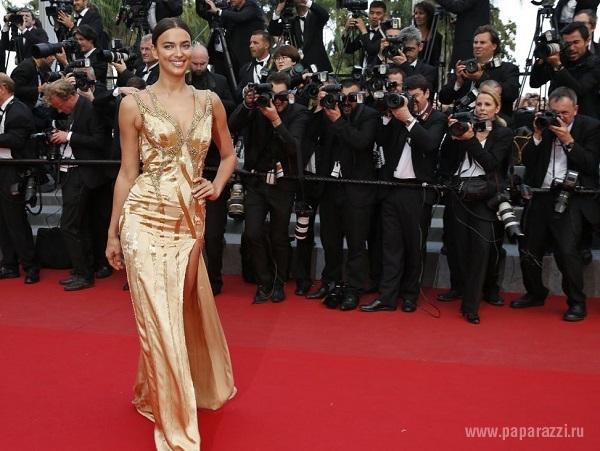 Ирина Шейк показала изящную спинку в золотом наряде