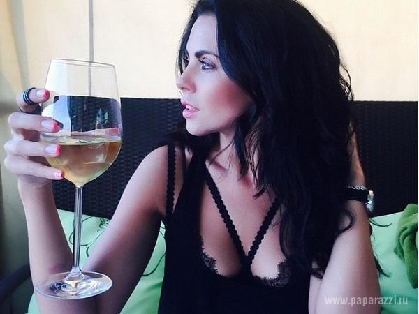 Настя Каменских опубликовала снимок своей жестокой растяжки и показала фото без макияжа