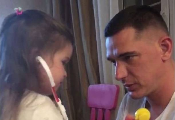 Курбан Омаров совершает намаз в детской комнате