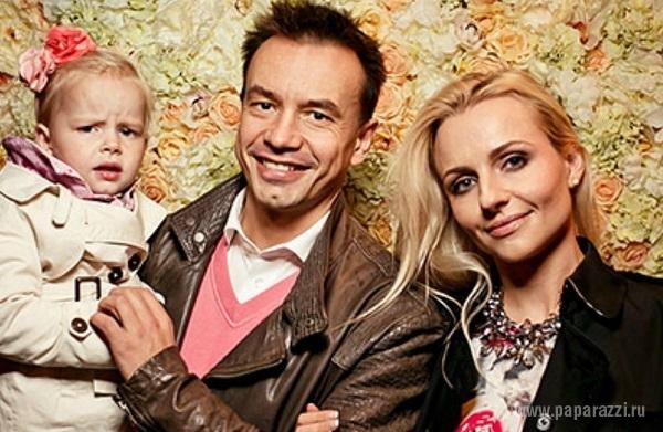 """Солист группы """"Дискотека Авария"""" Алексей Серов не дает общаться своей дочке Полине и ее маме Ирине"""