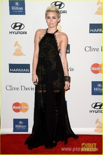Майли на красной дорожке Clive Davis & The Recording Academy's 2013 Pre-Grammy Gala and Salute to Industry Icons (9 февраля.)