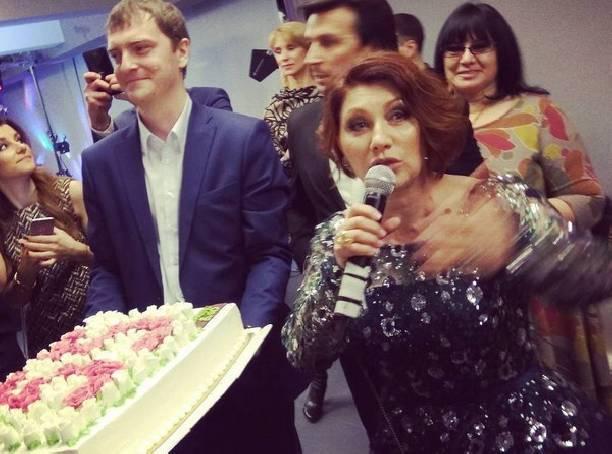 Роза Сябитова устроила танцы с обнаженным стриптизером