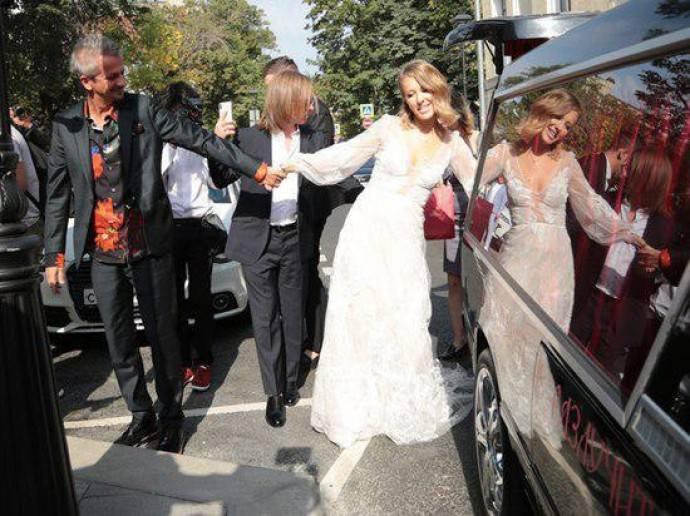 Ксения Собчак и Константин Богомолов прибыли в ЗАГС на похоронном катафалке