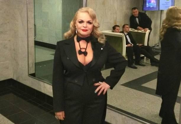 Лариса Долина выставила на всеобщее обозрение огромную грудь и огромный живот