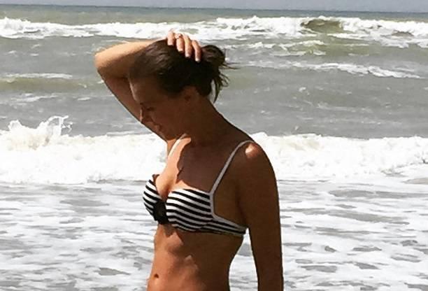Обнаженная Ксения Алферова устроила фотосессию на берегу моря