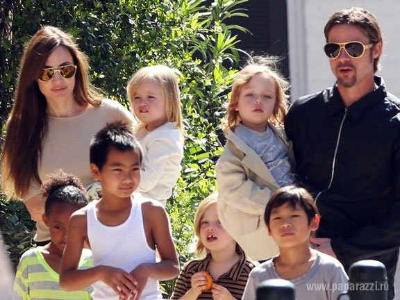 Анджелина Джоли и Брэд Питт отдыхают с детьми на яхте