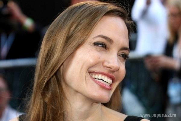 В сети появились ранние фото Анджелины Джоли в латексном купальнике