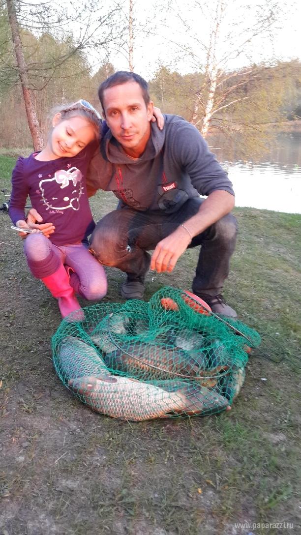 Александр Данко приучает дочку к рыбалке