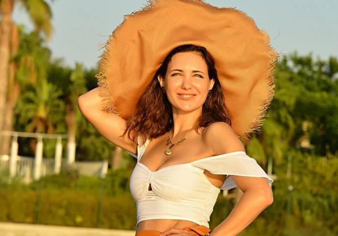 Екатерина Климова в белом купальнике постояла на голове