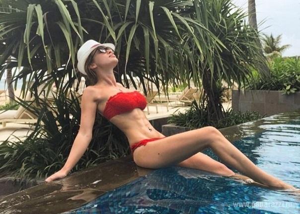 Ксения Бородина поделилась хорошим настроением и новыми фото в бикини