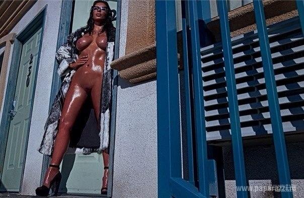 В сети продолжают появляться новые снимки без цензуры Ким Кардашян для фотосесии LOVE