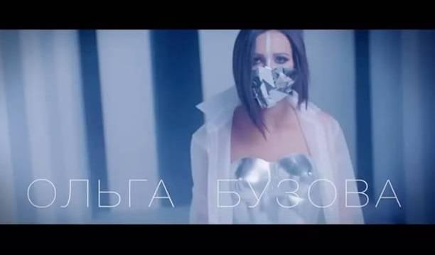 Ольга Бузова примерила стальной корсет не по размеру