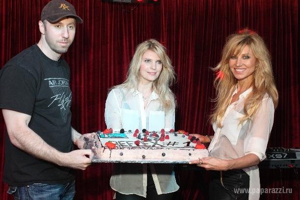 Группа reflex получила аппетитный торт