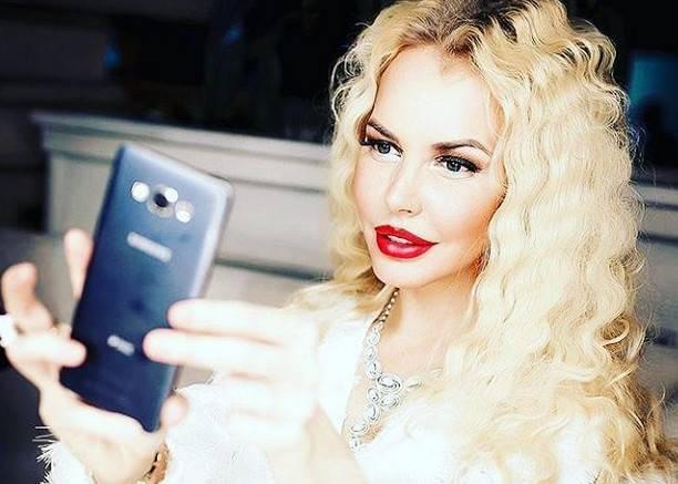 Маша Малиновская стала певицей и показала свою грудь без цензуры