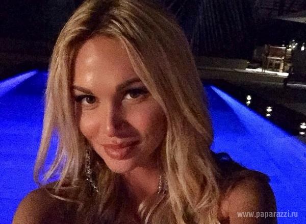 Виктория Лопырева сфотографировалась топлесс на балконе отеля