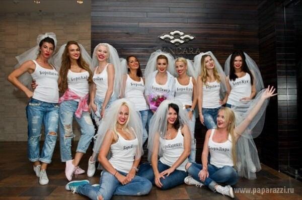 Ксения Бородина устроила девичник пройдя по Москве в фате