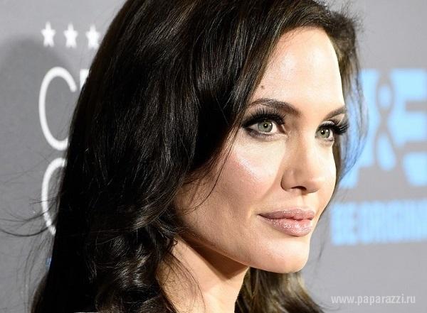 Анджелина Джоли пришла на вручение премии Critics' Choice Movie Awards без мужа Брэда Питта и нижнего белья