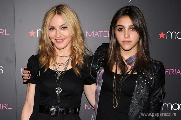 Мадонна отдыхает вместе с дочкой на острове