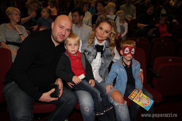 Ксения Новикова пришла на детский спектакль со своим другом Алексеем