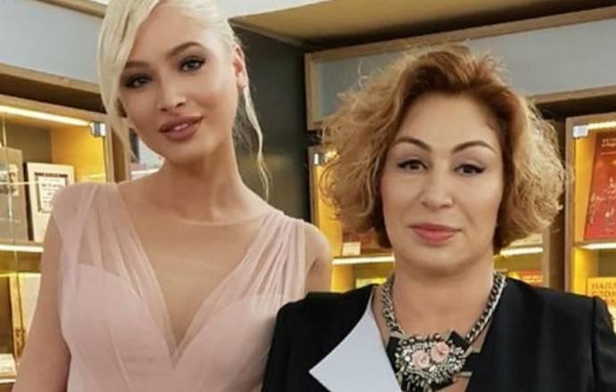Алена Шишкова в бикини позировала на берегу