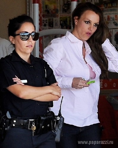 Бритни Спирс ходит по магазинам с охраной