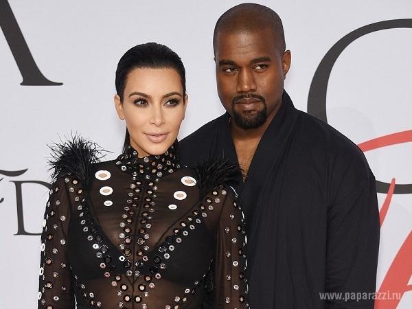 Беременная Ким Кардашян появилась в прозрачном платье на модном мероприятии