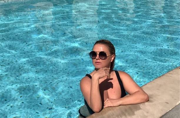 Анна Семенович засветилась топлесс в компании полуобнаженных женщин