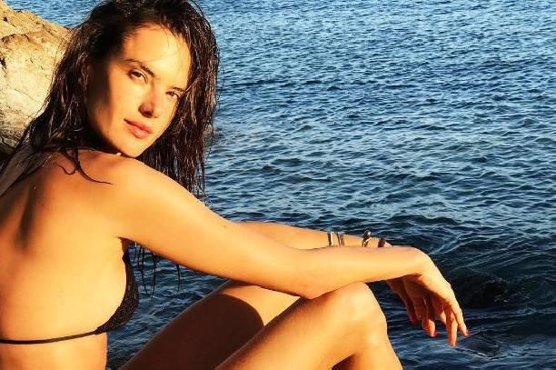 Алессандра Амбросио запечатлели в бикини на отдыхе
