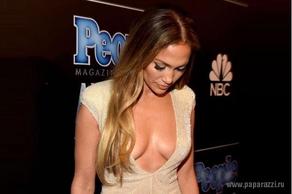 Дженнифер Лопес блеснула сексуальным нарядом на светском мероприятии