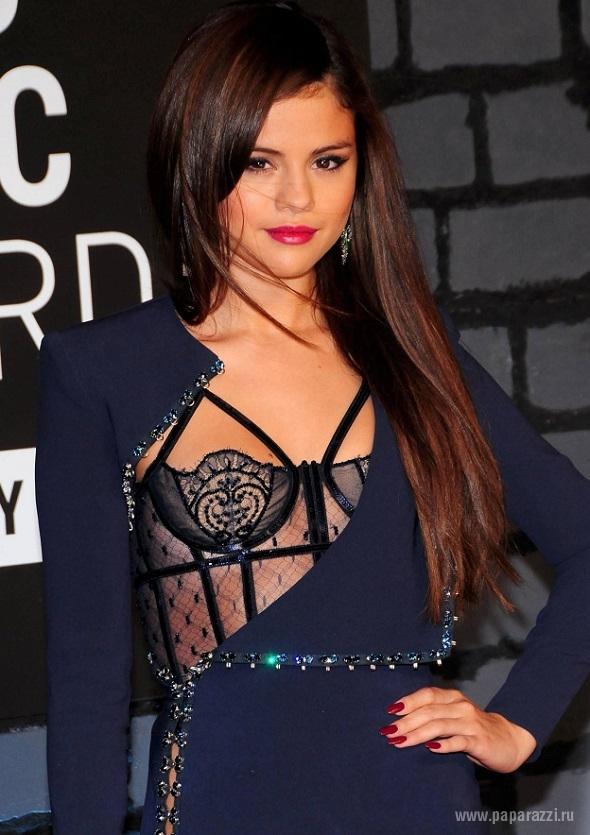 Певица вышла на сцену с колой грудью видео онлайн фото 221-25