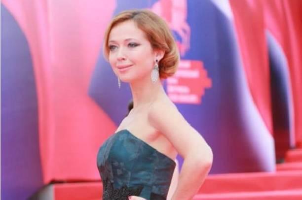 Родившая две недели назад Елена Захарова вышла в свет