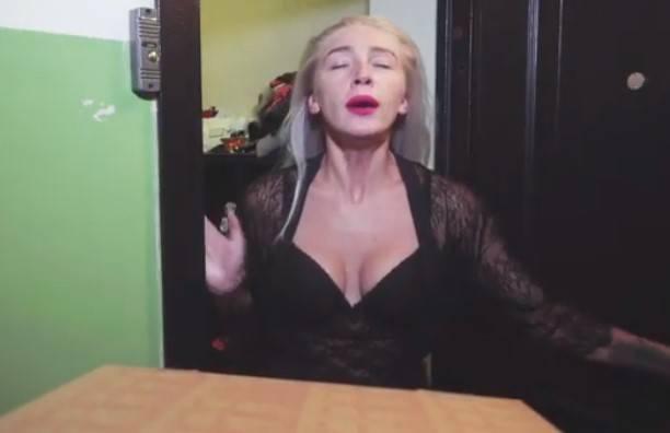 Блондинка В Чулках Отбросила Игрушку В Сторону И Принялась За Член