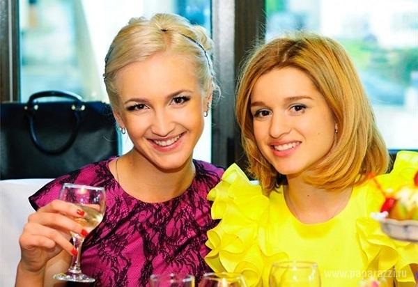 Ольга Бузова перепутала флаг России, а Ксения Бородина опять поругалась со своими подписчиками в микроблоге