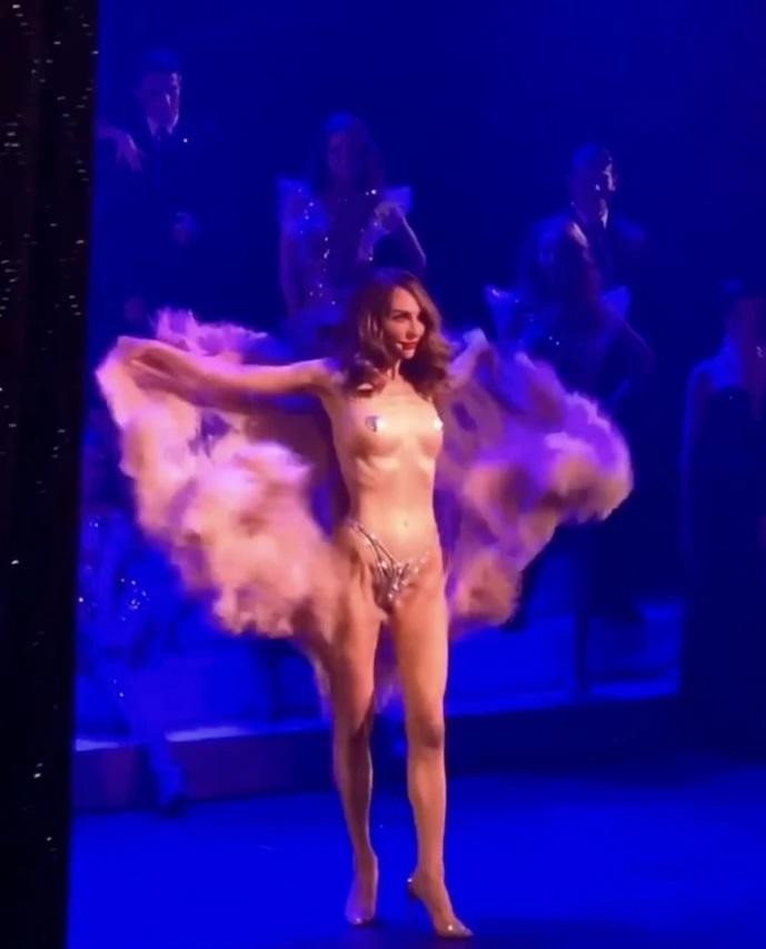 Голая Катя Варнава на шоу