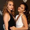 На показе Versace у Джиджи Хахид вывалилась грудь