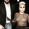Надев на себя пакет, Леди Гага отправилась с мужем в ресторан