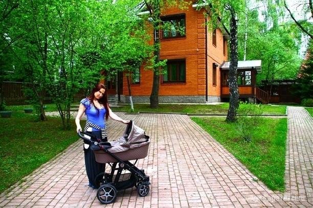 Эвелина Блёданс на прогулке с сыном. Первые фото
