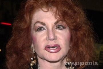 90-летняя мама Сильвестра Сталлоне оказалась фальшивой Ким Кардашьян в Красном Платье