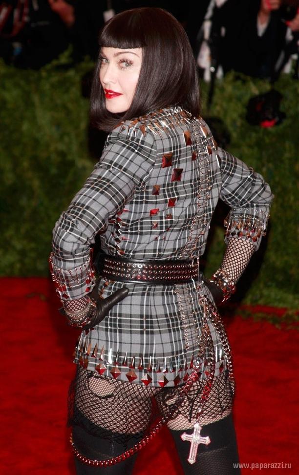 Мадонна вновь надела развратный наряд с чулками