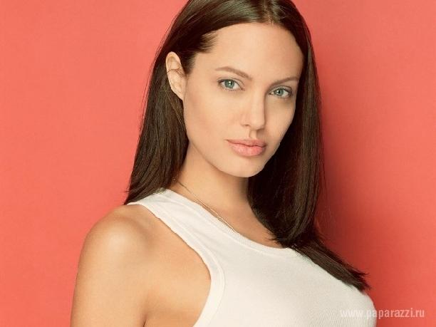 В сети появилась фотография Анджелины Джоли без груди