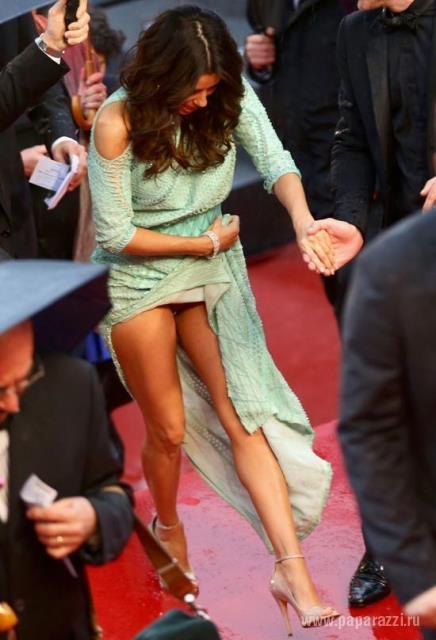 Ева Лонгория выбрала прозрачное платье для вечернего выхода