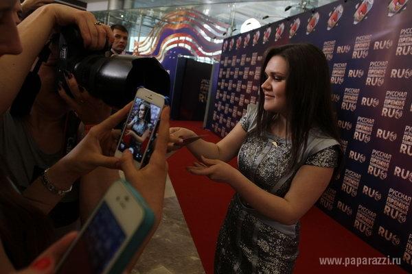Солистка группы Винтаж выползла на сцену во время премии РУ.ТВ