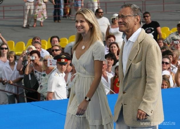 И сам андрей сергеевич и его жена юлия