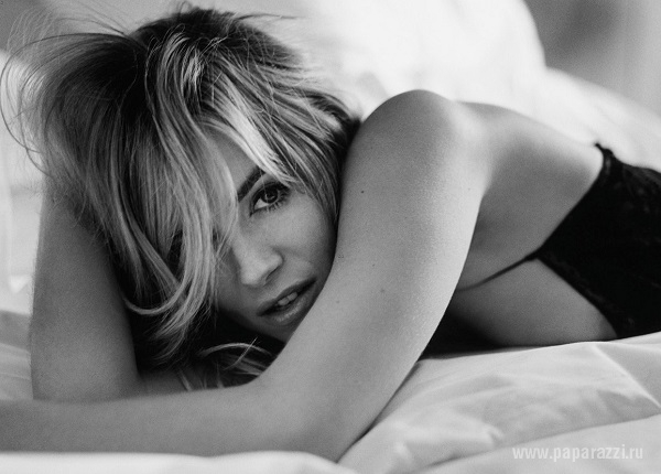 Актриса Сиенна Миллер снялась для журнала Esquire без нижнего белья